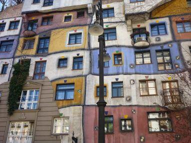 800px-Fassade_Hunderwasserhaus_Wien